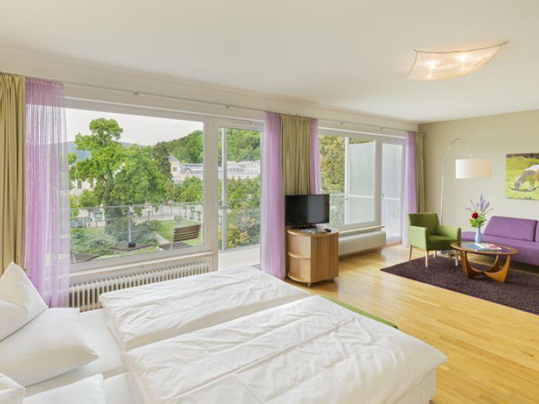 moderne und helle zimmer mit ausblick im hotel at the park. Black Bedroom Furniture Sets. Home Design Ideas