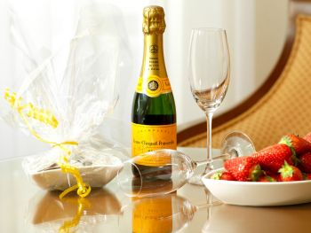 Sparkling wine with strawberries on table