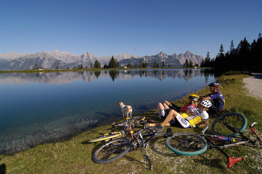Mountainbiker rasten am Bergsee
